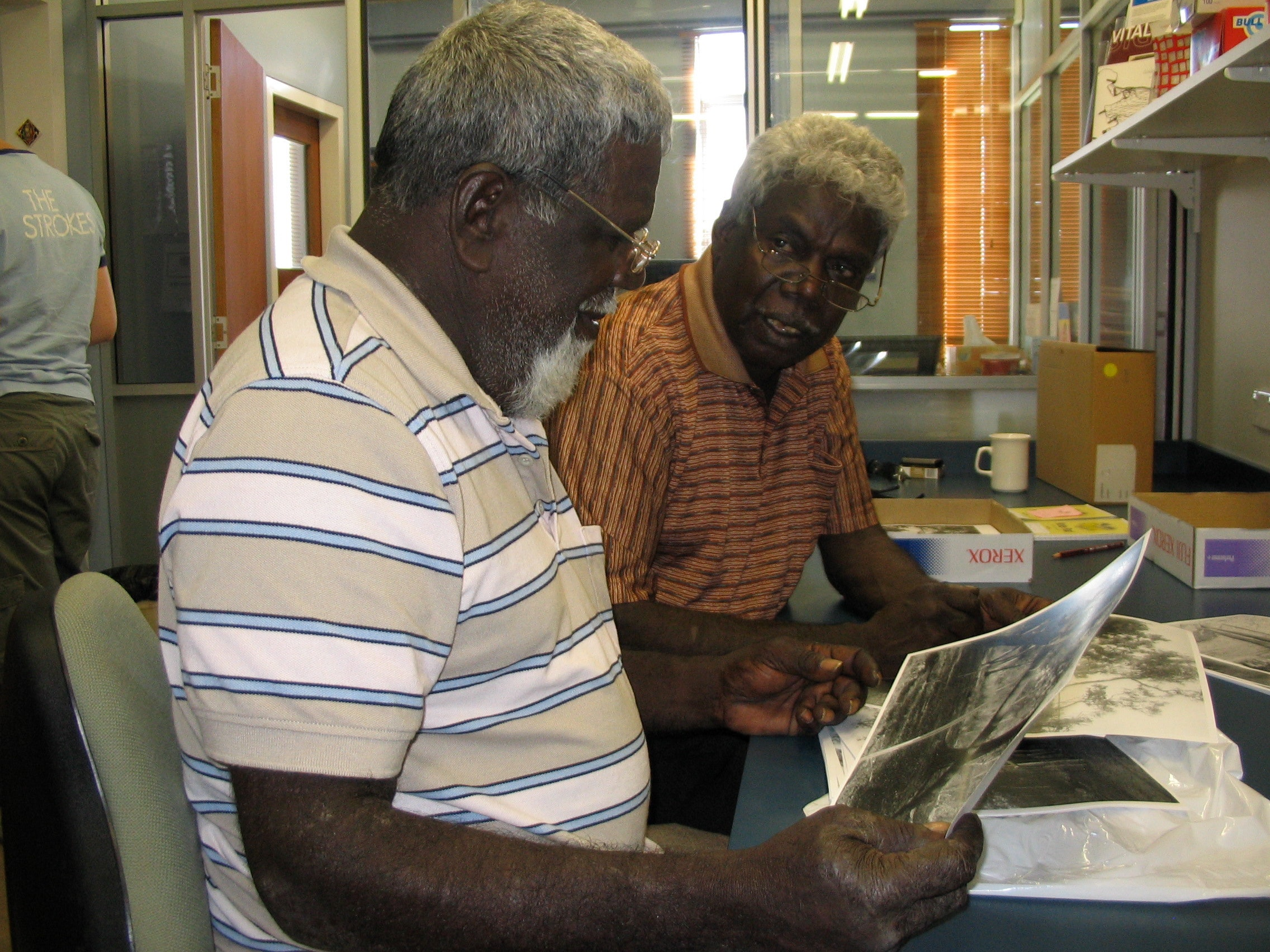 Picture of Gumbula working with his brother, Milaypuma Gaykamaŋu